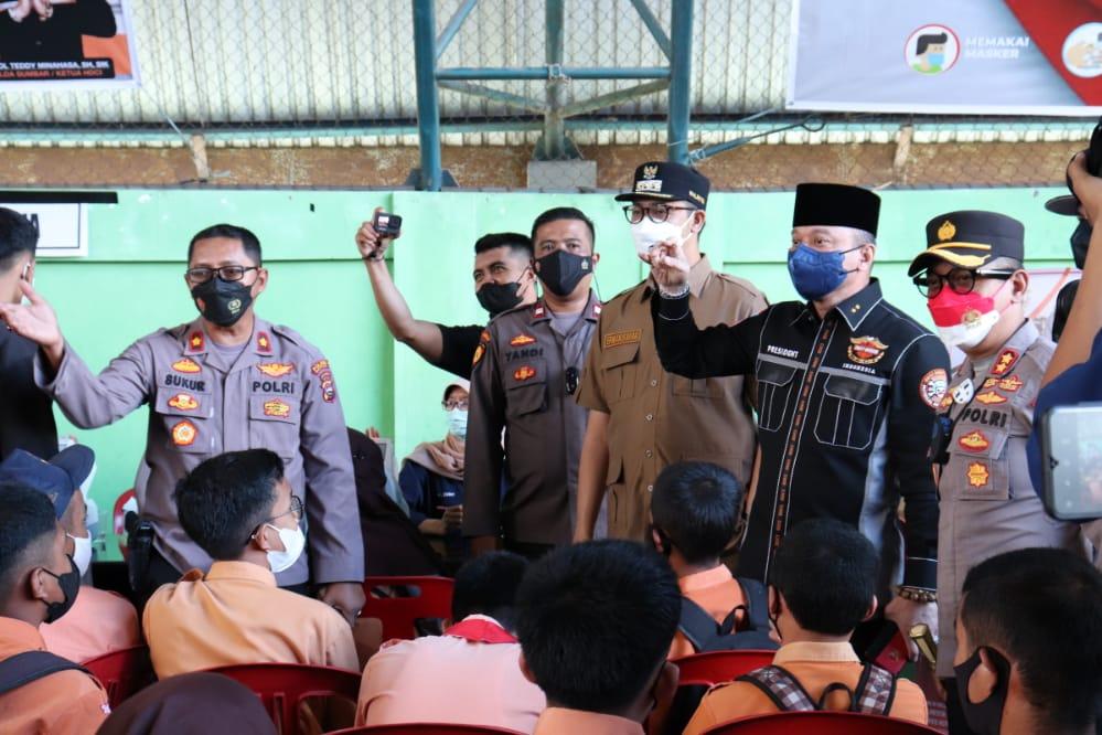 Kapolda Sumbar Hadiri Pelaksanaan Vaksinasi Massal Di GOR Bermawi Bukittinggi